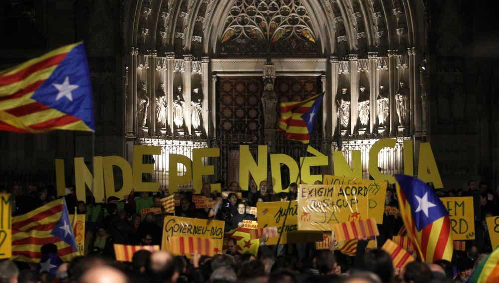 """Un millar de personas se unen para reclamar """"generosidad"""" a Junts pel Sí (JxS) y la CUP"""