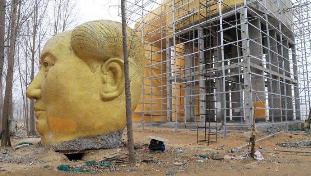 Estatua de Mao derribada en China