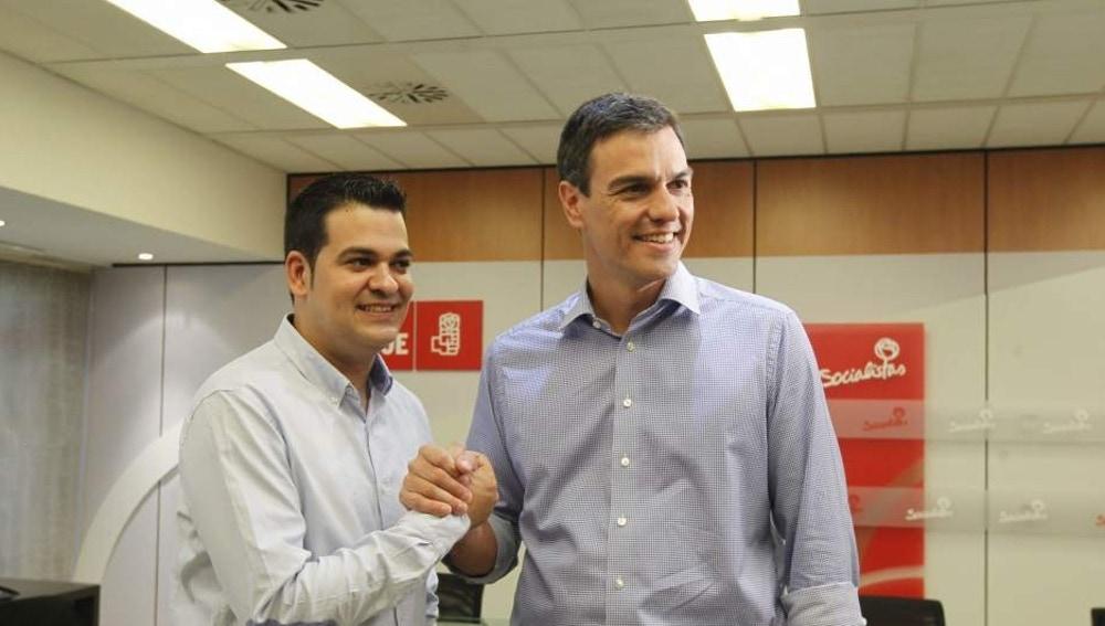 Nino Torre, líder de Juventudes Socialistas, y Pedro Sánchez