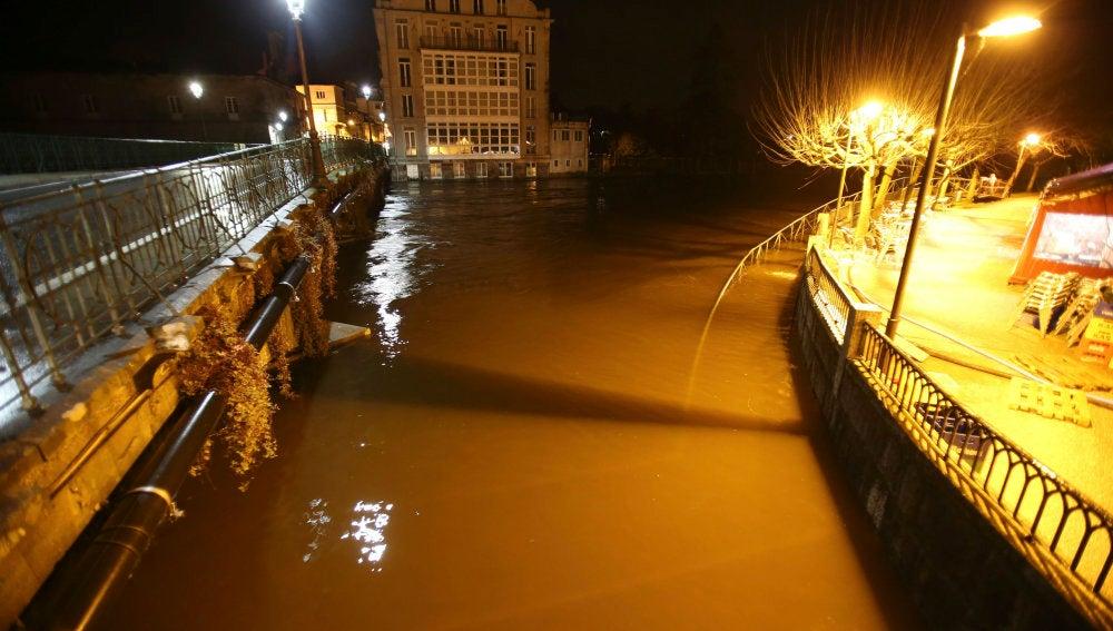 El río Umia desbordado por las inundaciones