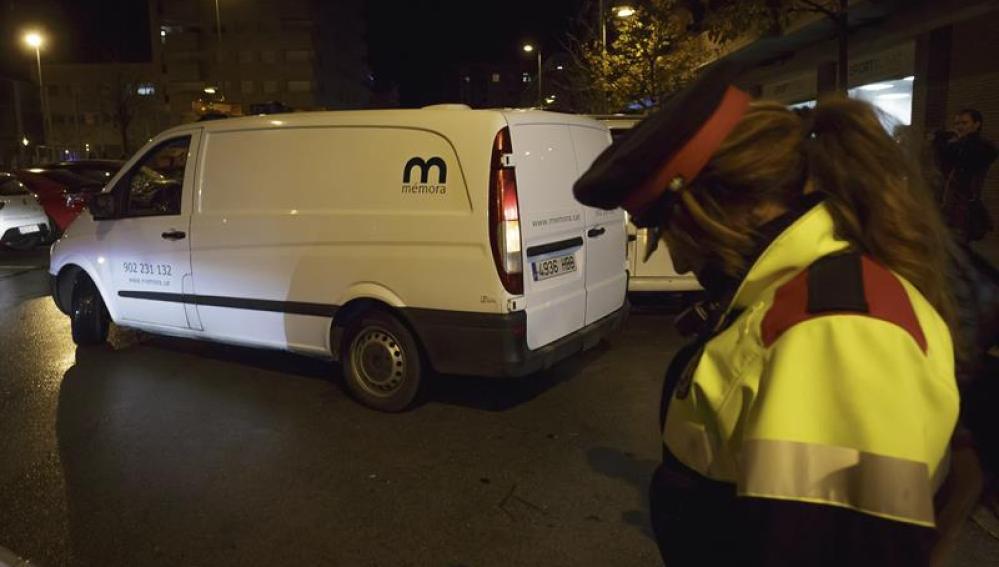 Un coche funerario abandona el domicilio de Girona