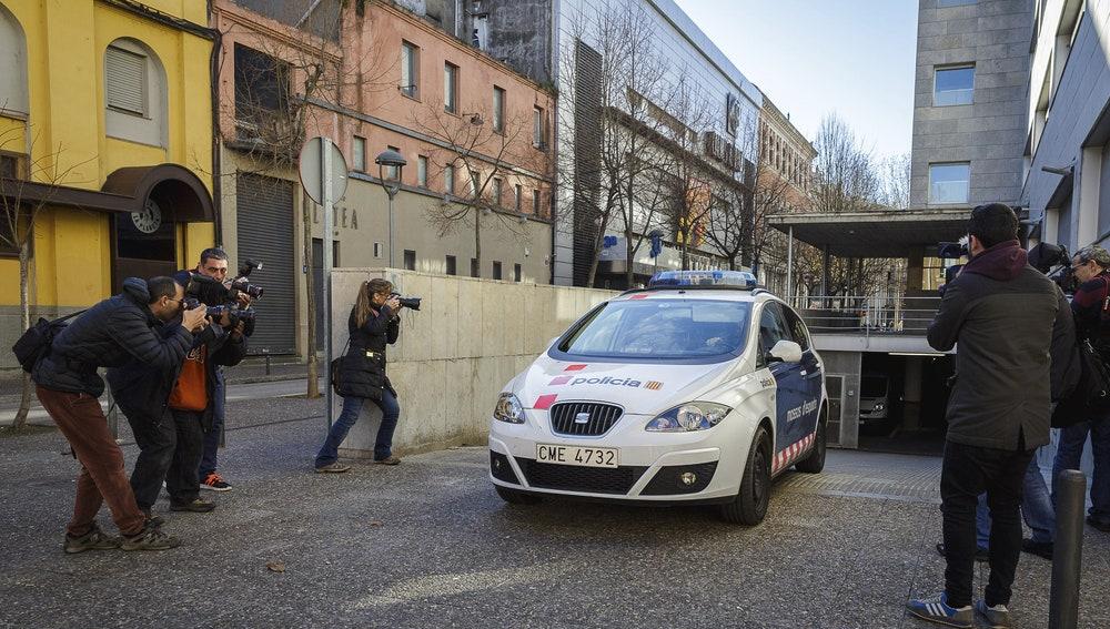 Un vehículo de los Mossos transporta a los padres del menor fallecido en Girona