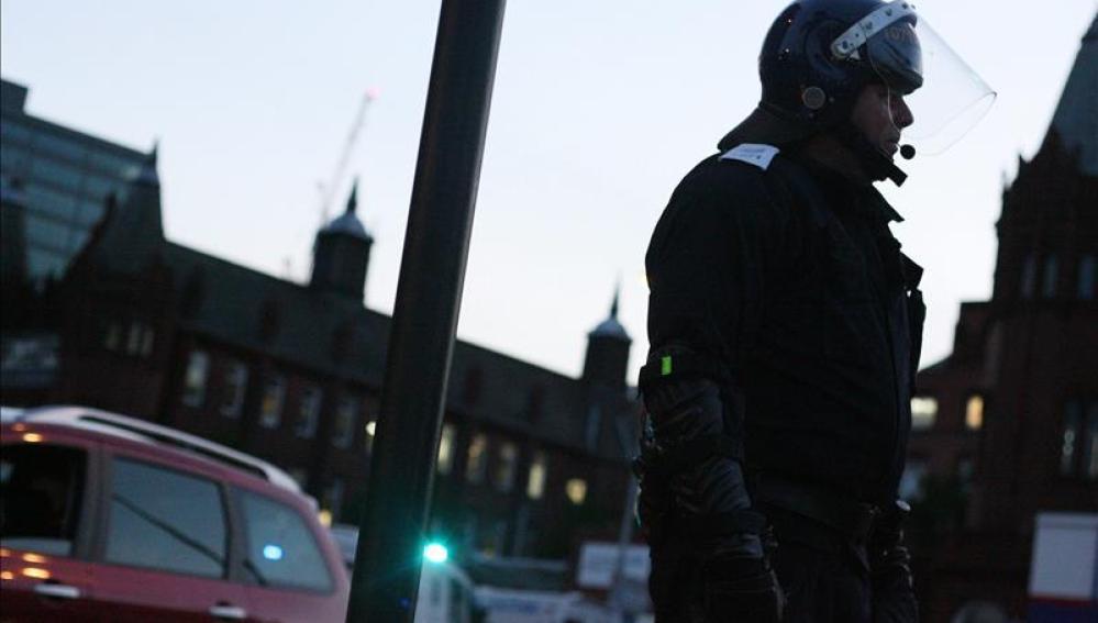 Policía antidisturbios en el centro de Birmingham (Reino Unido)