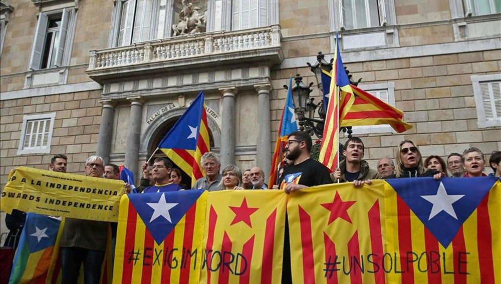 Decenas de independentistas se manifiestan en Barcelona para pedir un acuerdo entre Junts Pel Si y la CUP