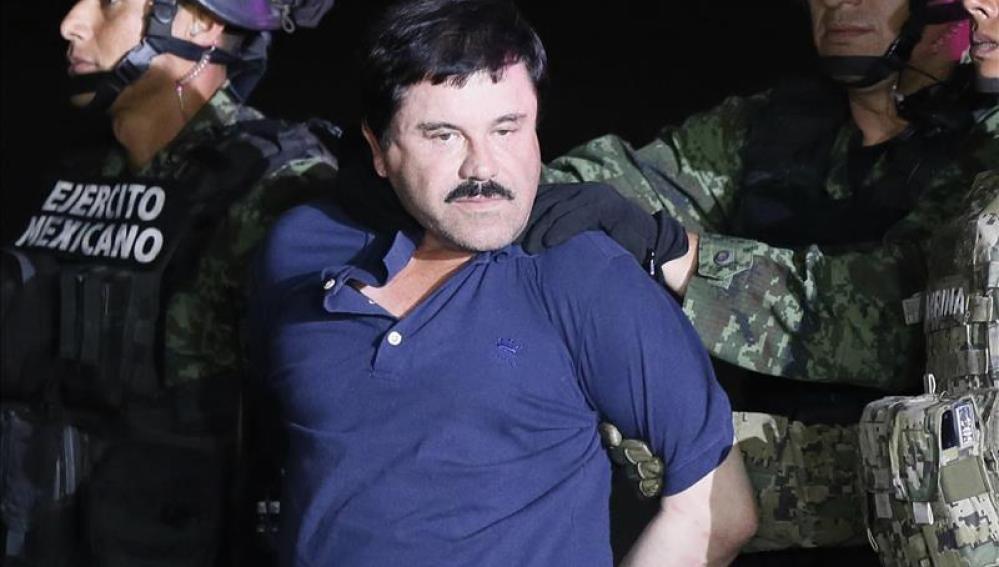 El narcotraficante Joaquín El Chapo Guzmán es conducido a un helicóptero de la Marina Armada de México