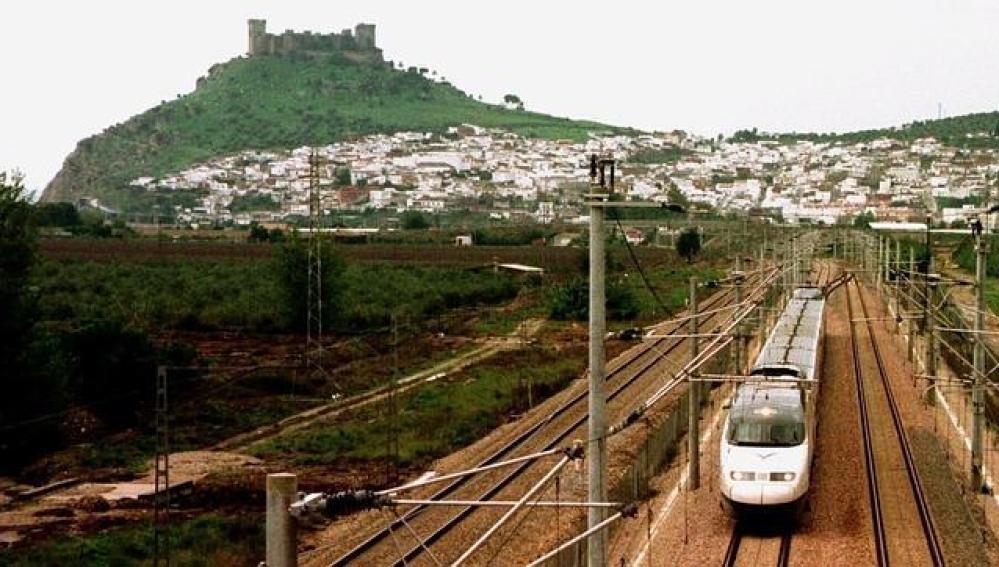 Un tren pasa por Almodóvar del Río, Córdoba
