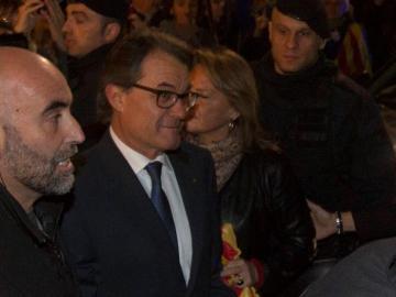 El presidente de la Generalitat en funciones Artur Mas y su esposa Helena Rakosnic abandonan el Palau de la Generalitat
