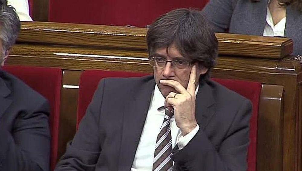 Puigdemont mientras comparece Inés Arrimadas en el pleno de investidura