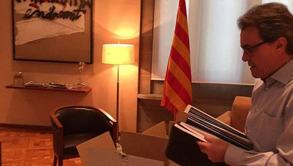 Artur Mas recogiendo sus pertenencias del despacho