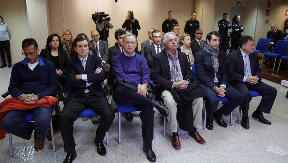 Las dieciocho personas acusadas en el caso Noós en la sala del juicio