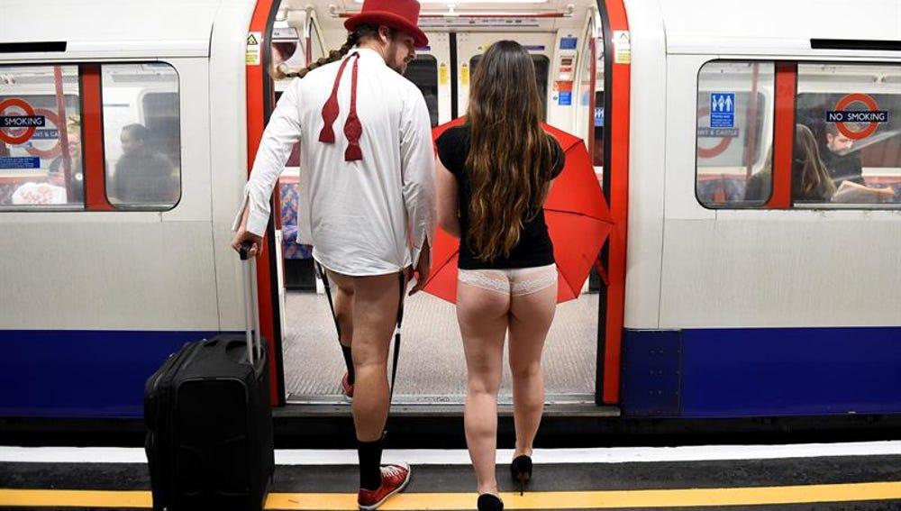 Dos ciudadanos de Londres en el día mundial sin pantalones