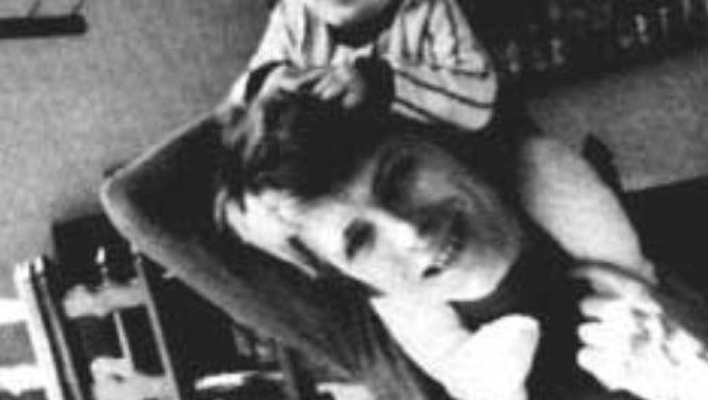 David Bowie con su hijo Duncan sobre los hombros