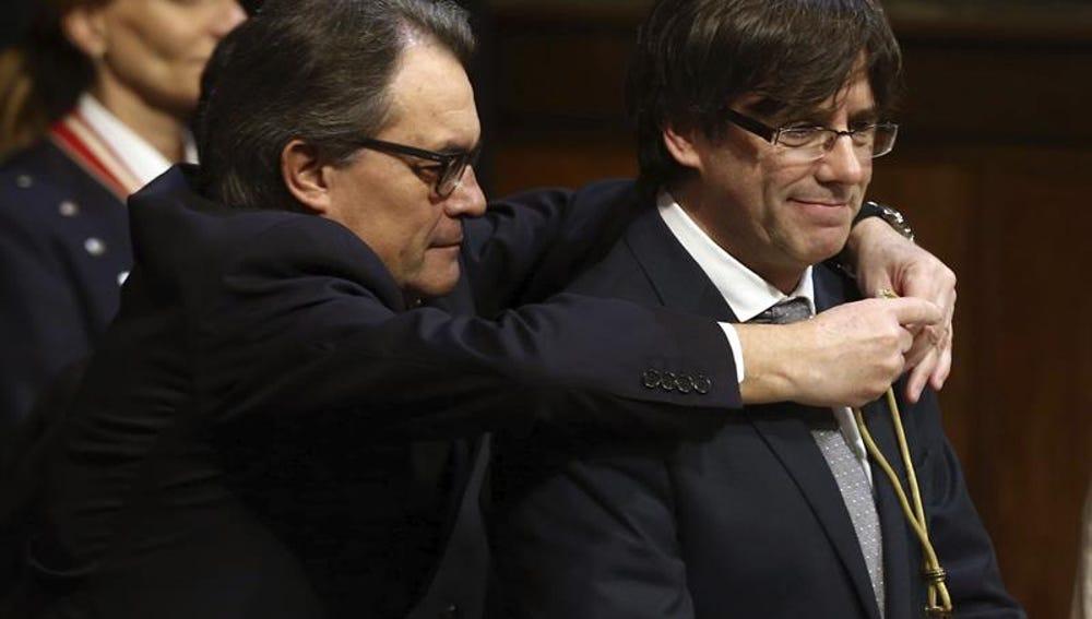 El expresidente de la Generalitat, Artur Mas, impone la medalla representativa del cargo al nuevo president