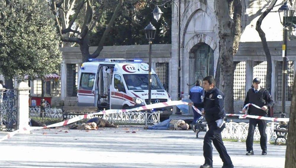 Policías acordonan la zona del ataque suicida en Estambul