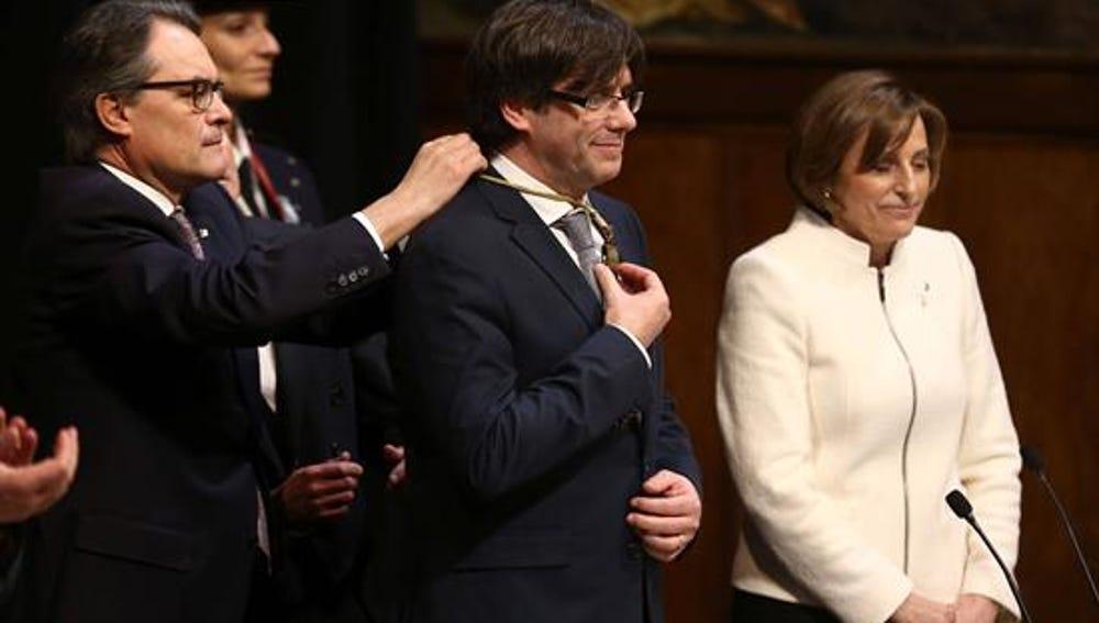 """Puigdemont promete su cargo """"con lealtad al Parlament"""" y obvia al rey y la Constitución"""