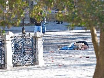 Una víctima yace en el suelo tras la explosión en Estambul