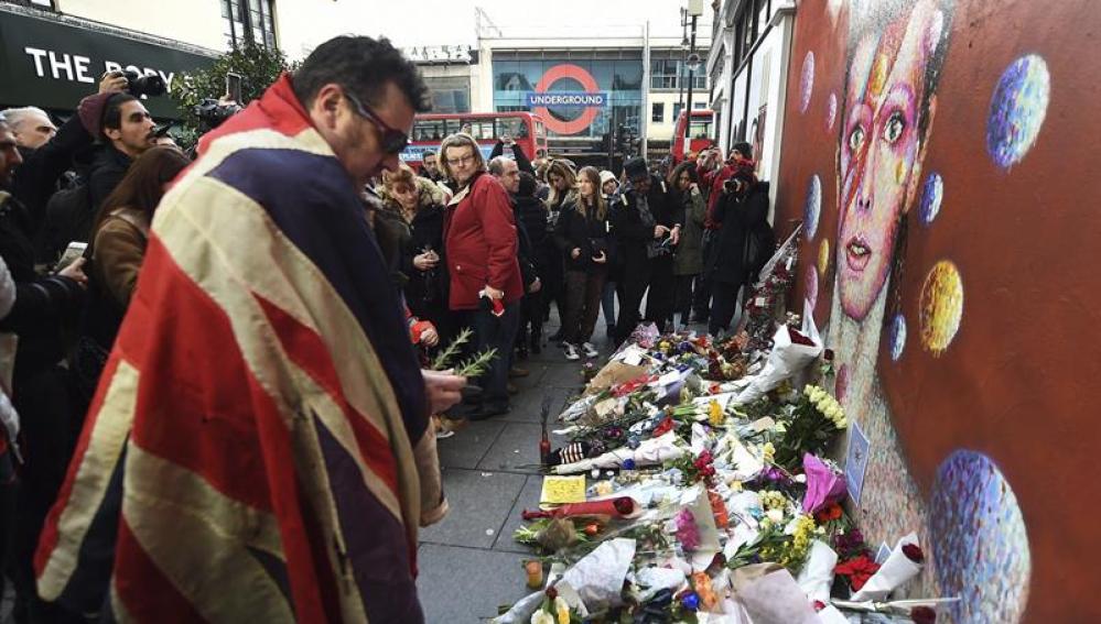 Un fan llora la muerte de David Bowie