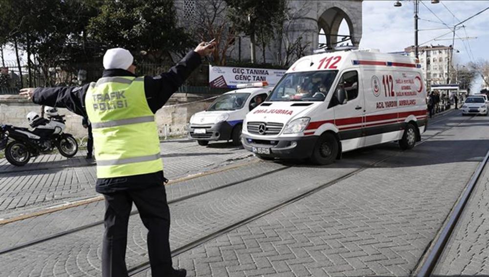 Una ambulancia rumbo a la Mezquita Azul de Estambul