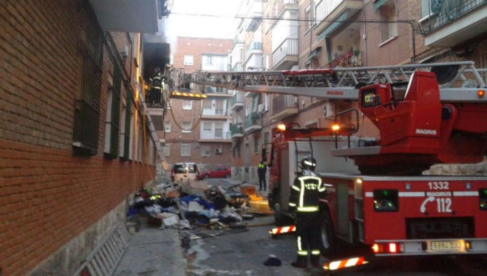 Los bomberos intentan controlar el fuego en el barrio de San Blas