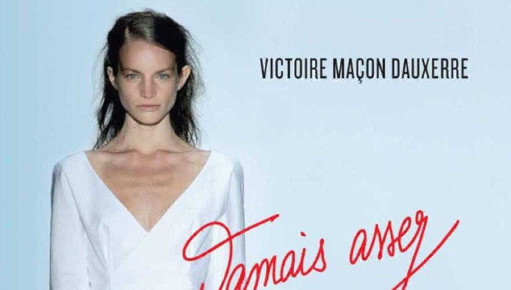 Victoire con mirada seria en la portada de su libro