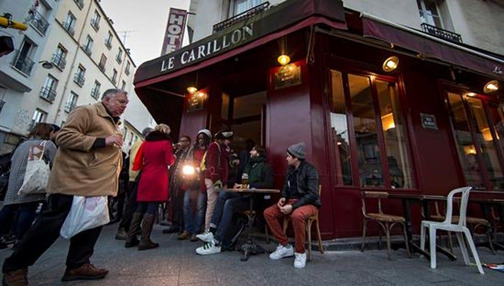 """Reabre el café """"Le Carrillon"""" dos meses después de los atentados del 13-N en París"""