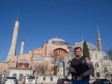 Un policía turco vigila junto a Santa Sofía