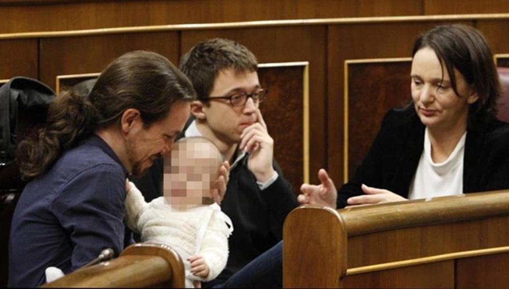 El hijo de Bescansa en brazos de Pablo Iglesias