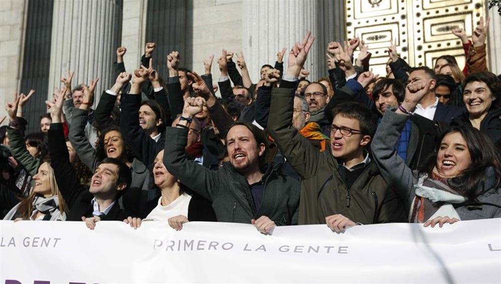 Los diputados de Podemos, a las puertas del Congreso de los Diputados