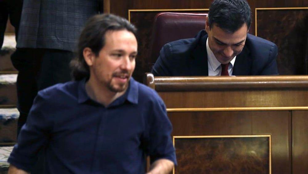 Pablo Iglesias pasa por delante de Pedro Sánchez en el Congreso