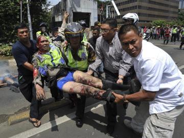 Un policía herido es trasladado al hospital