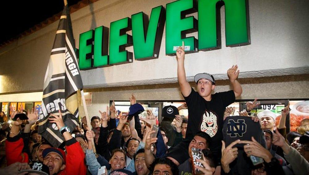 Una multitud celebra el premio de la powerball