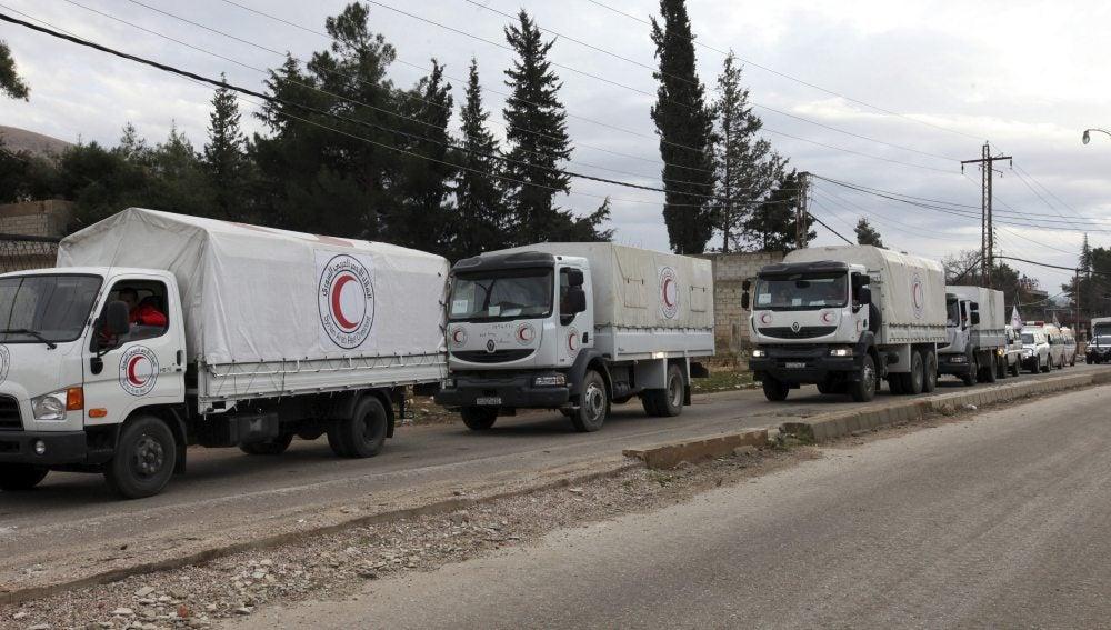 Varios convoyes cargados con ayuda humanitaria se dirigen hacia la localidad cercada de Madaya, en Siria, el pasado 11 de enero