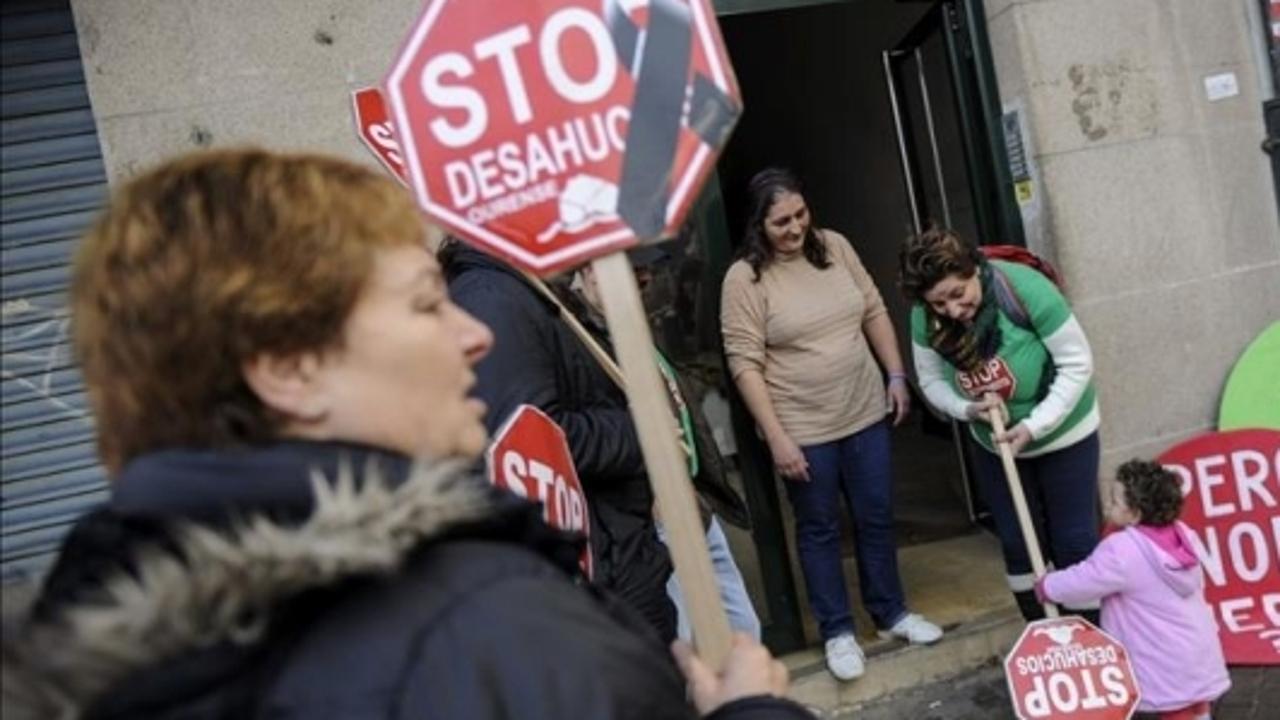 Un grupo de personas contra los desahucios