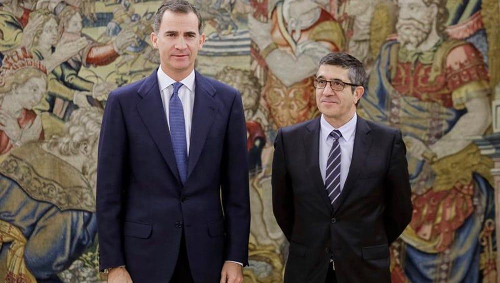 Felipe VI y Patxi López, durante su reunión en Zarzuela