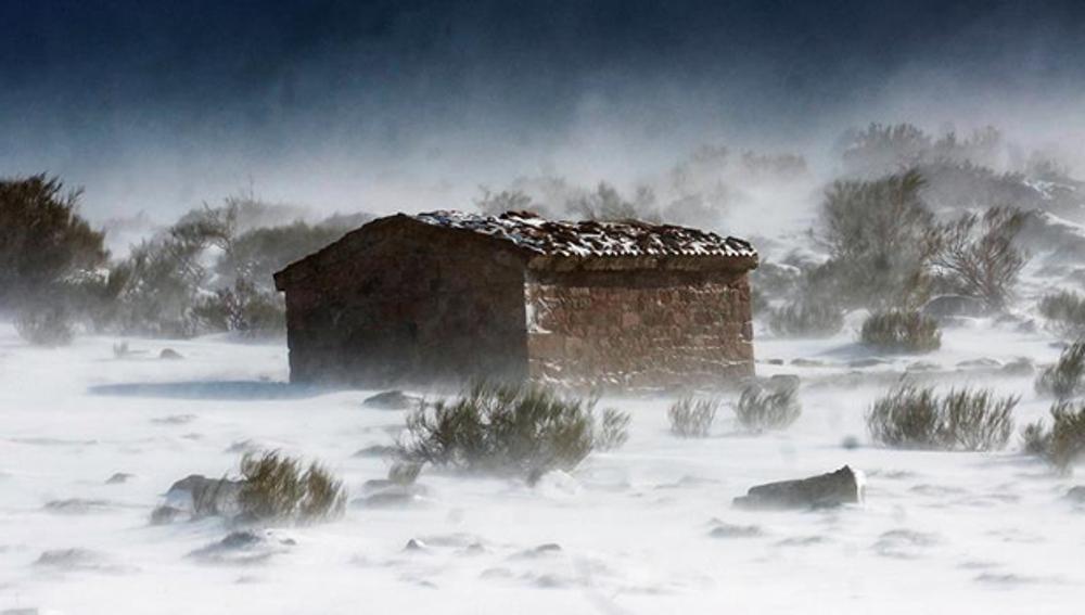 Nieve en torno a una pequeña cuadra de campo