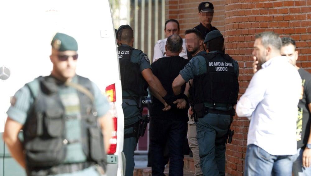 En la imagen, el presunto autor del asesinato de Eva Blanco acompañado por agentes de la Guardia Civil.