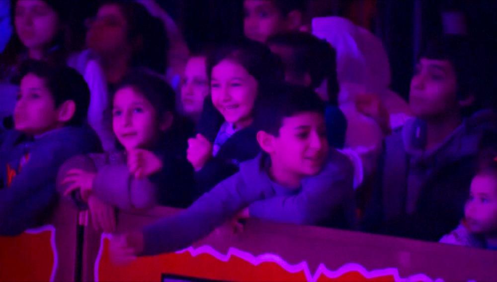Un grupo de niños refugiados en el circo