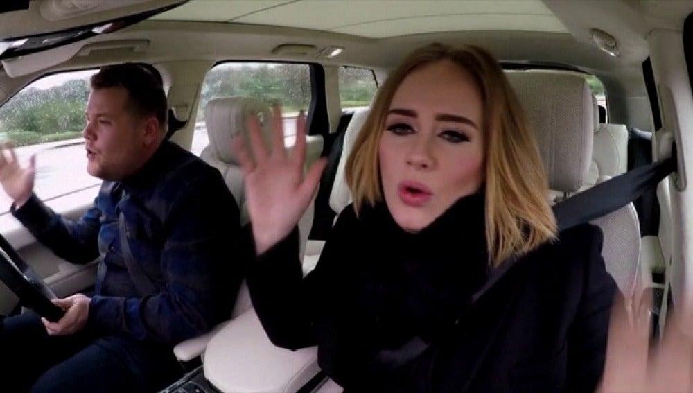Adele canta en su coche