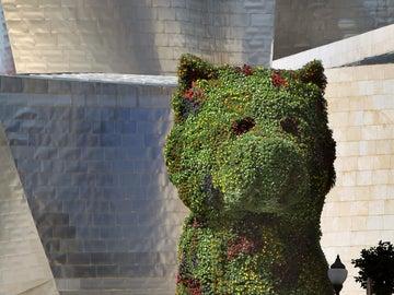 La escultura floral que preside la entrada del Museo Guggenheim-Bilbao (archivo)