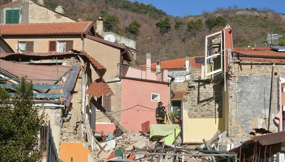 Mueren cinco personas tras derrumbarse un edificio en Italia por una fuga de gas