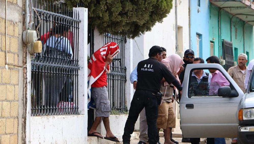 Policías de Arcelia, estado de Guerrero, conducen 21 personas que habían sido secuestradas