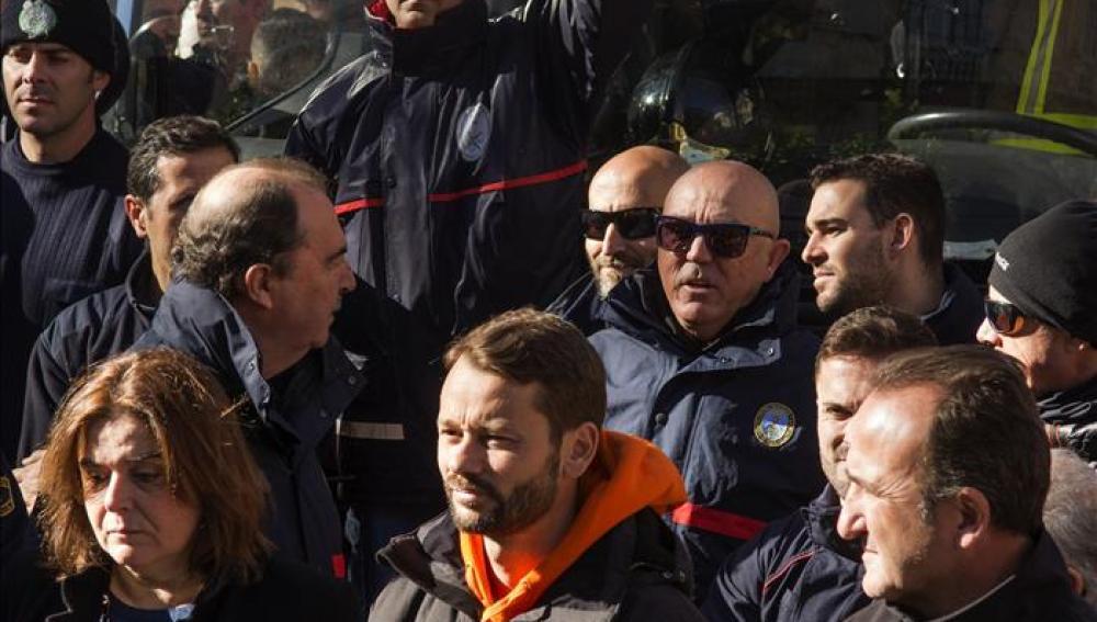 Los tres bomberos españoles liberados saldrán mañana de Lesbos hacia España