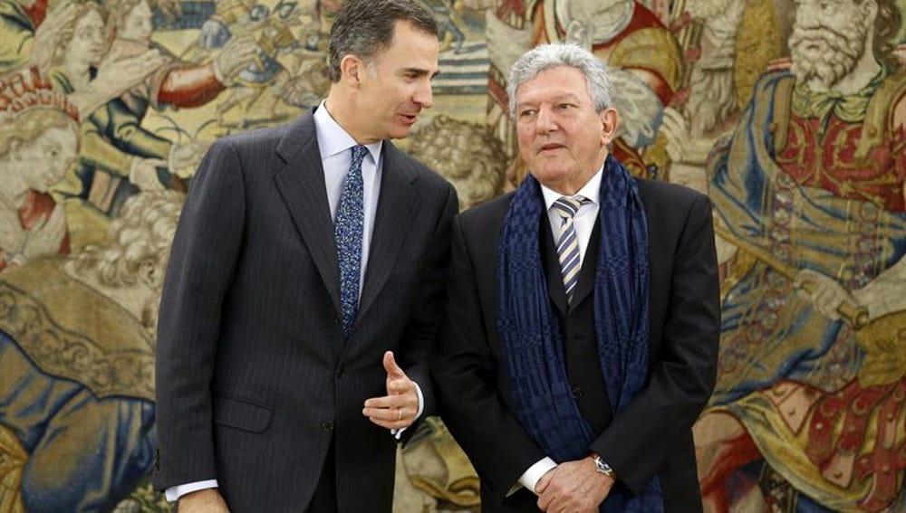 Felipe VI conversa con el diputado de Nueva Canarias Pedro Quevedo