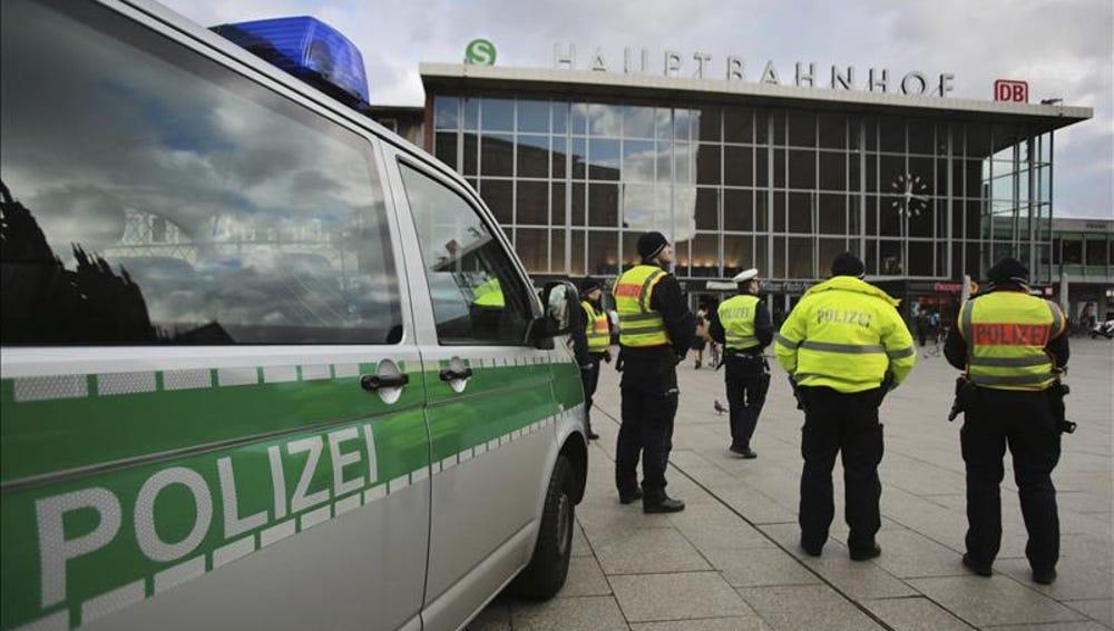 Agentes de policía alemanes vigilan frente a la estación central ferroviaria de Colonia