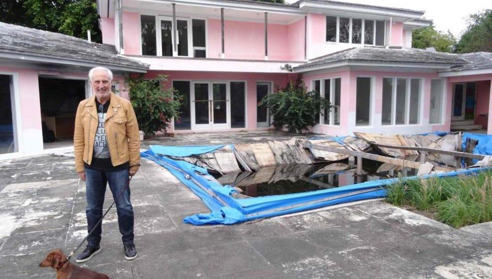 El propietario del inmueble, Christian de Berdouare, posa en la antigua mansión de Pablo Escobar