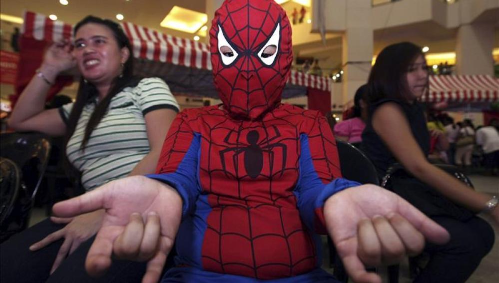 Un niño disfrazado de Spiderman
