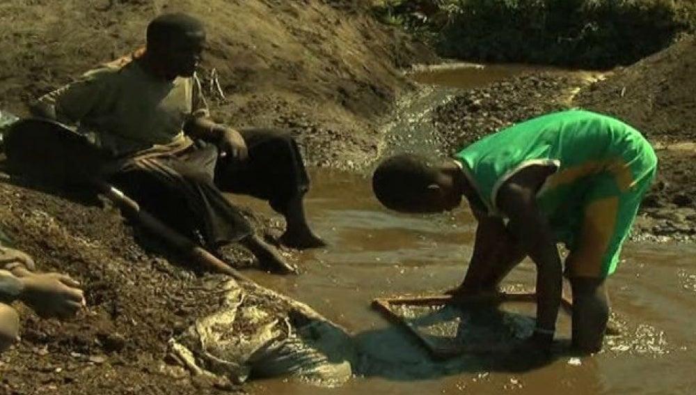 Dos niños trabajan en África
