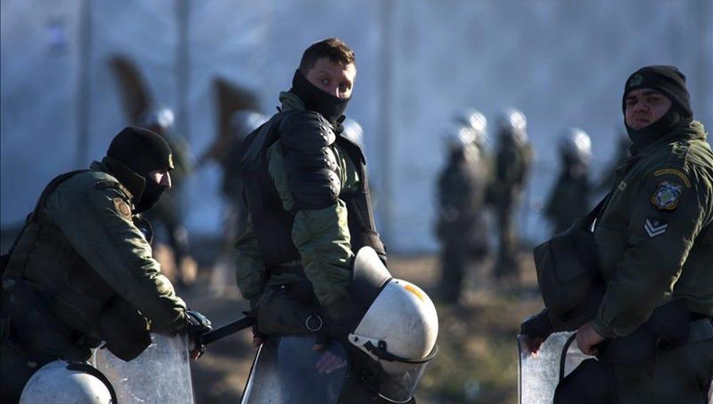 Un grupo policías griegos en un campamento cerca de Idomeni, en Grecia