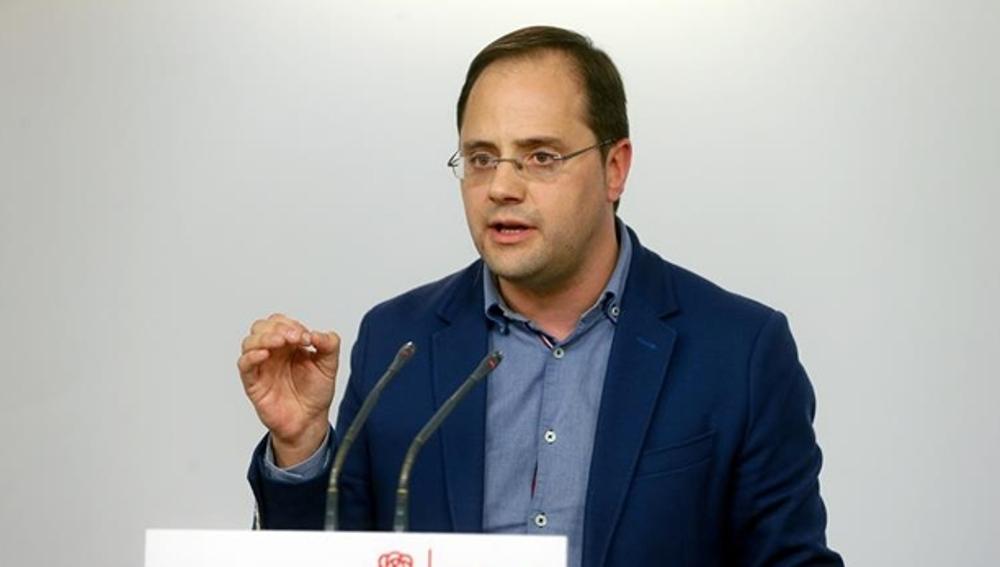 César Luena habla ante los medios