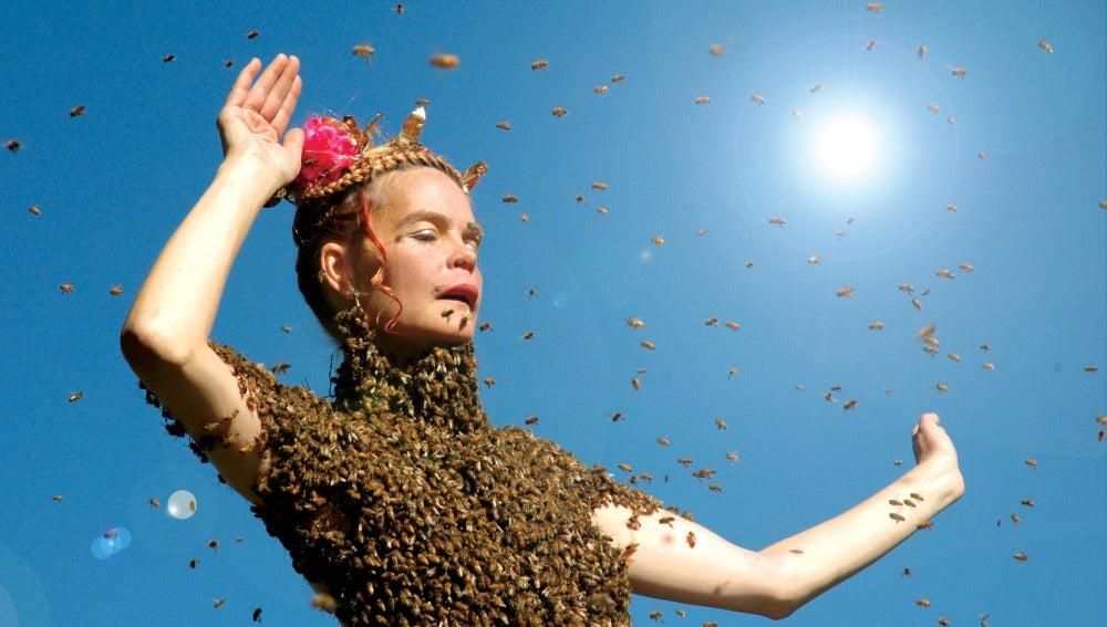 Sara Mapelli, la mujer que baila con 15.000 abejas en su cuerpo